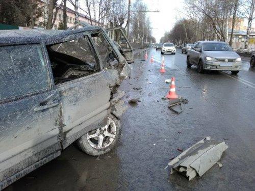 Иномарка столкнулась с учебными автомобилями: есть пострадавшие