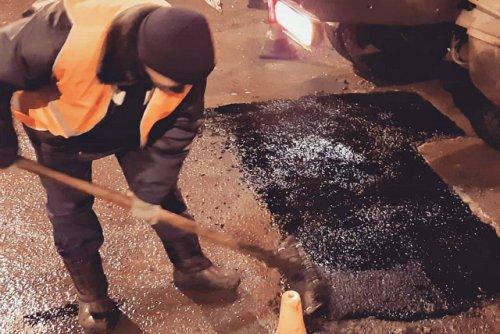 «Заплатки» из литого асфальта появились на дорогах в заречной части Йошкар-Олы