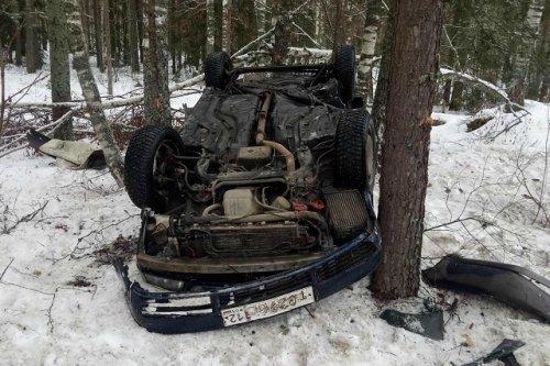 На Козьмодемьянском тракте иномарка съехала в кювет, врезалась в дерево и опрокинулась