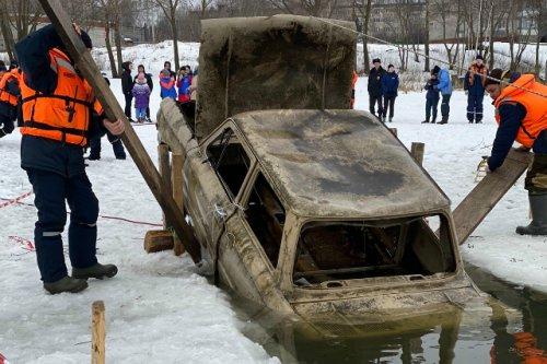 Спасатели тренировались на льду Малой Кокшаги и вытаскивали из воды «условных пострадавших»
