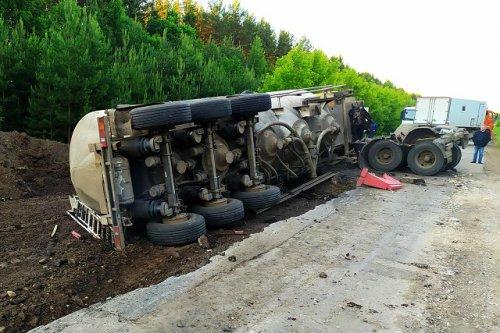В Параньгинском районе автомобиль КамАЗ оказался в яме