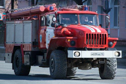 В Йошкар-Оле сгорели ангар, станки и деревянная продукция на территории пилорамы