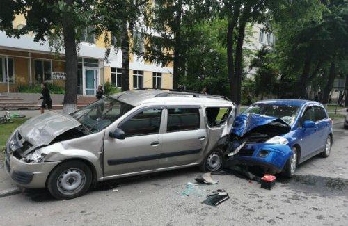 Водитель потерял сознание за рулём, его автомобиль врезался в припаркованную машину