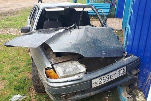 Три пассажира «четырнадцатой» пострадали в результате наезда автомобиля на ворота дома