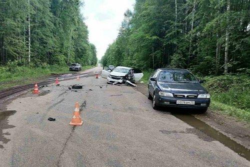 На узкой дороге в Медведевском районе не смогли разъехаться отечественный грузовик и две иномарки