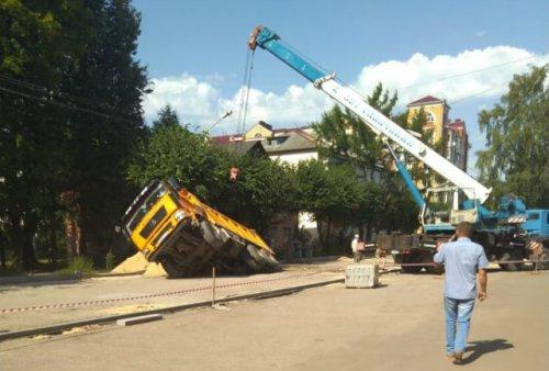 Плиты перекрытия тепловой камеры на улице Рябинина не выдержали вес 30-тонного самосвала