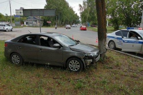 Иномарка врезалась в дерево, пострадала четырёхлетняя девочка-пассажир