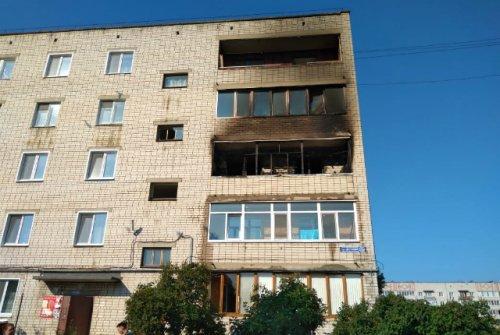 Из-за возгорания на балконе пришлось эвакуировать жильцов всего подъезда многоквартирного дома