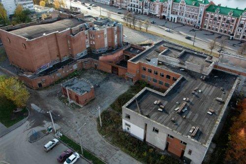 Прокуратура обратила внимание на заброшенное здание рядом с бывшим кинотеатром «Россия»