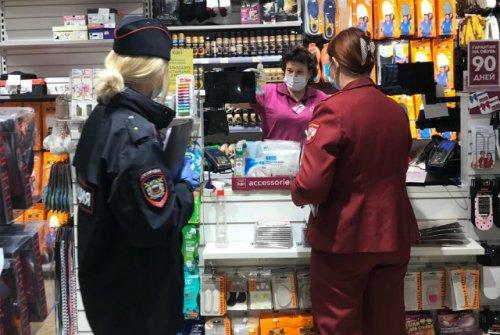 Сотрудники Роспотребнадзора, полиции и мэрии проверяют соблюдение масочного режима