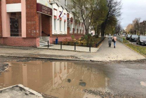 Мэрия Йошкар-Олы обратила внимание на лужу между домами на улице Комсомольской