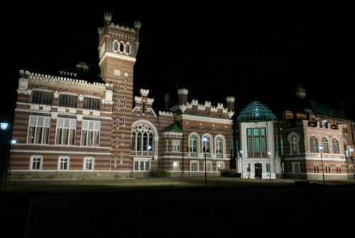 Южный фасад замка Шереметева подсветили с помощью светодиодных светильников