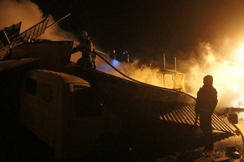 Пять гаражей и один автомобиль уничтожены огнём в результате пожара в пригороде Йошкар-Олы