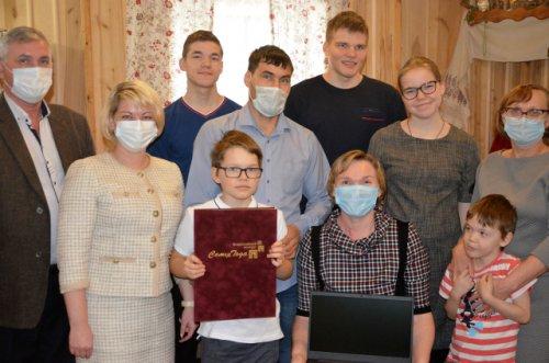 Семье из Волжского района вручили награды Всероссийского конкурса «Семья года»