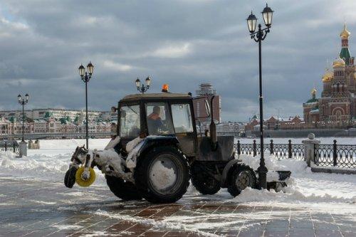 Коммунальные службы Йошкар-Олы начали уборку снега на улицах столицы Марий Эл