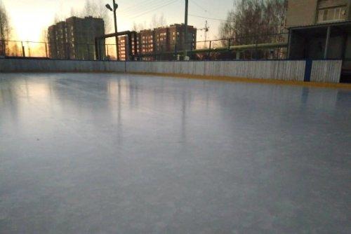 Любители зимних активностей уже опробовали лёд на катке в селе Семёновка