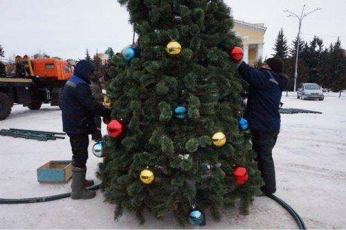 Сегодня на площади Ленина в Йошкар-Оле устанавливают главную городскую ёлку
