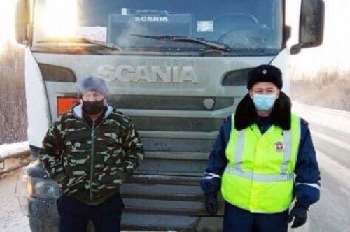 Водителю, замерзавшему на трассе, пришли на помощь инспекторы ДПС
