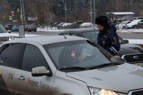 Сотрудники ГИБДД в ближайшие дни обратят пристальное внимание на водителей такси