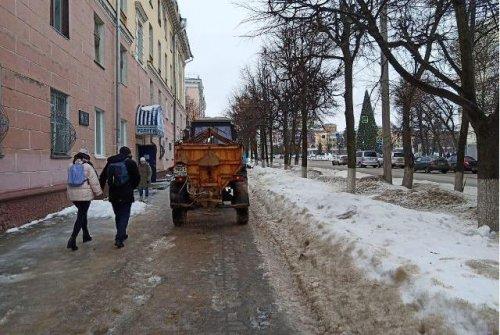 После ледяного дождя коммунальные службы Йошкар-Олы занялись пескованием тротуаров