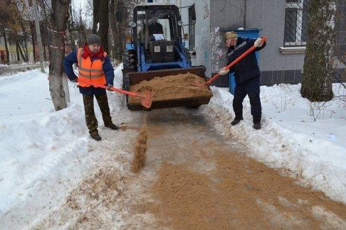 Тротуары в Йошкар-Оле с помощью коммунальщиков покрываются слоем песка