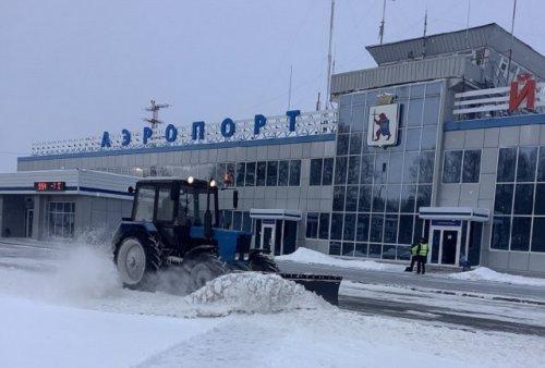 Сотрудники аэропорта Йошкар-Олы справляются с последствиями снежной стихии