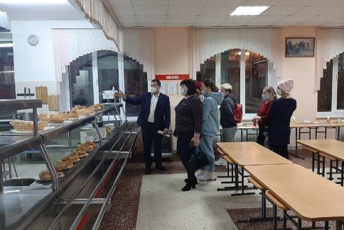 Родители школьников из Семёновки сами попробовали, как кормят их детей в учебном заведении