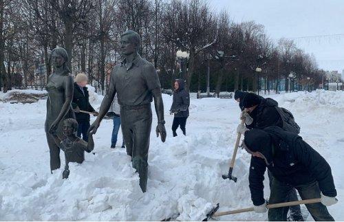 Памятники на бульваре Победы в городе Йошкар-Оле очистили от снега