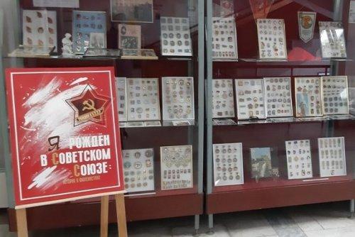 В Национальной библиотеке можно проследить историю СССР с помощью значков