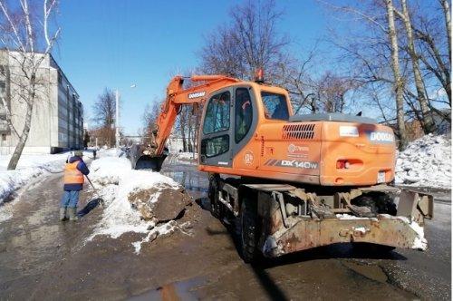 В Йошкар-Оле расчищают от снега и льда ливневые колодцы и дождеприёмники