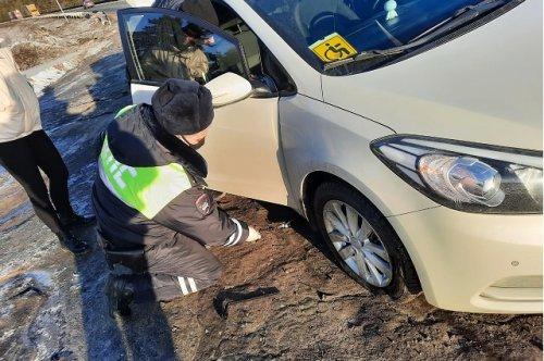Сотрудники ГИБДД помогли водителю из Чувашии, попавшему в пути в сложную ситуацию