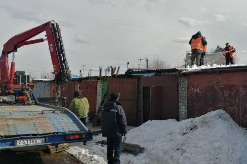 В гаражном кооперативе сносят первые строения, которые мешают строительству объездной дороги