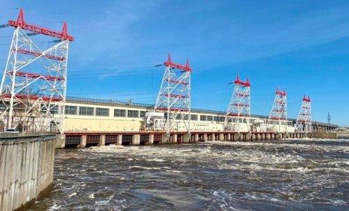 Чебоксарская ГЭС увеличила расходы воды через гидроузел и открыла четыре донных водосброса