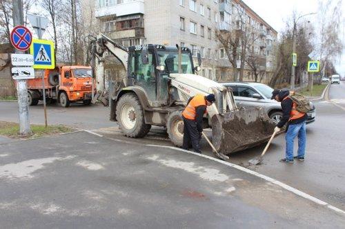 Коммунальные службы убирают улицы города Йошкар-Олы от грязи и смета