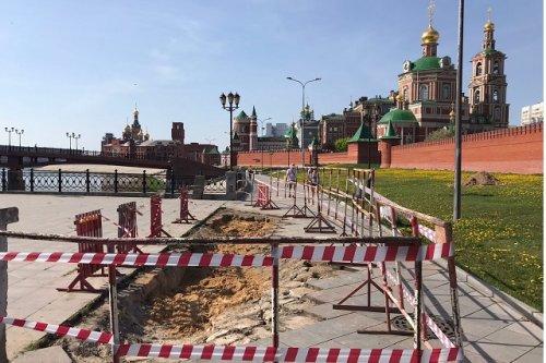 На месте провала на набережной Малой Кокшаги в Йошкар-Оле ведутся восстановительные работы