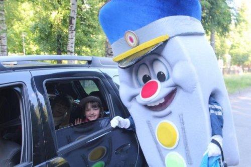 Светофор Светофорыч и сотрудники ГИБДД проверили правила перевозки детей в Йошкар-Оле