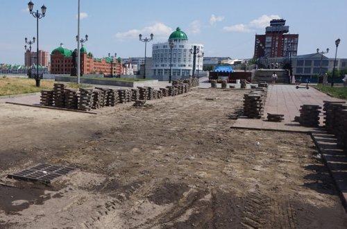 На набережной Малой Кокшаги в районе Гоголевского моста ремонтируют гранитное покрытие