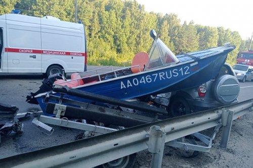 Ранним утром на Кокшайском тракте машина с рыбаками врезалась в грузовик