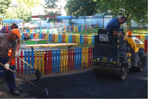 В детских садах города Йошкар-Олы проводится асфальтирование пешеходных дорожек