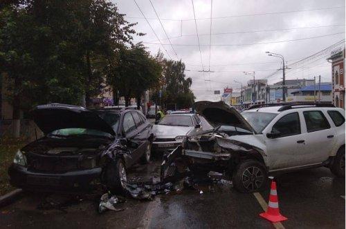Три автомобиля не поделили сегодня утром дорогу в центре города Йошкар-Олы