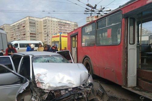 Четыре человека пострадали в результате столкновения иномарки и троллейбуса в Йошкар-Оле