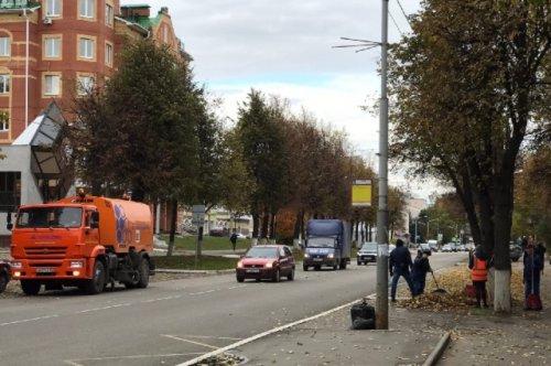 С листопадом на улицах Йошкар-Олы борются коммунальные службы и новая уборочная машина
