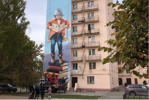Фасад общежития на бульваре Победы в Йошкар-Оле украсила «Девочка с книгой»