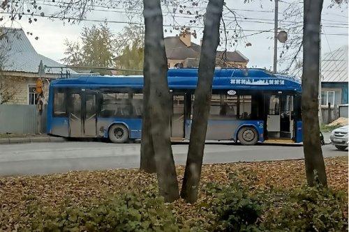 В городе Йошкар-Оле стоящий троллейбус «съехал с ручника» и повредил забор