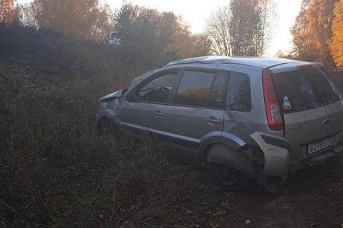 В Горномарийском районе иномарка сбила дорожный знак и опрокинулась в кювет