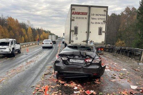 Из-за невнимательности водителя грузовика на федеральной трассе в Марий Эл пострадали пять человек